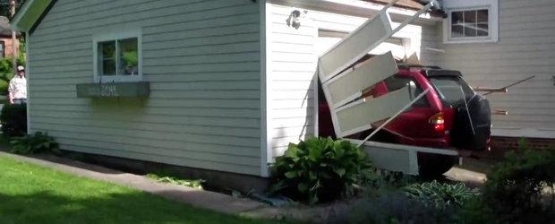 Motivul pentru care un sofer de 91 ani distruge cu masina usa unui garaj