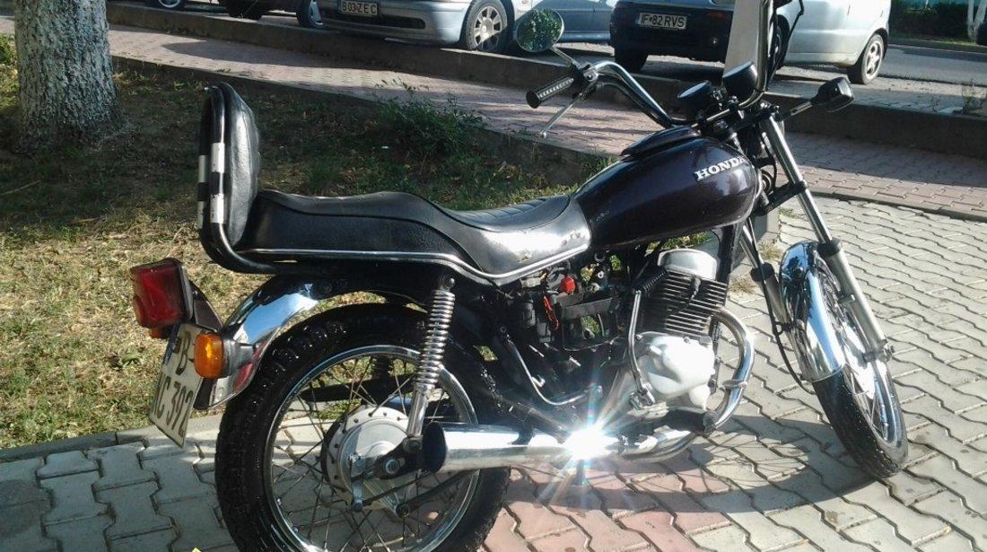 Motocicleta Honda CM 185