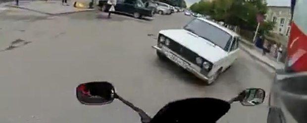 Motocicleta vs. Lada. Cu dragoste, din Rusia!