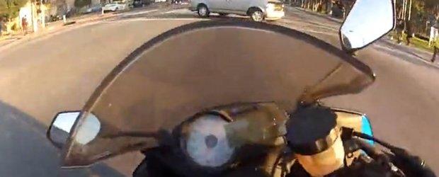 Motociclistul care sfideaza moartea. De vreo 4 ori in cateva secunde.