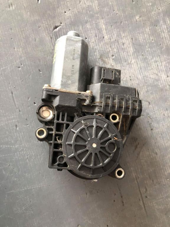 Motoras macara geam dreapta fata audi a4 b5 0130821786