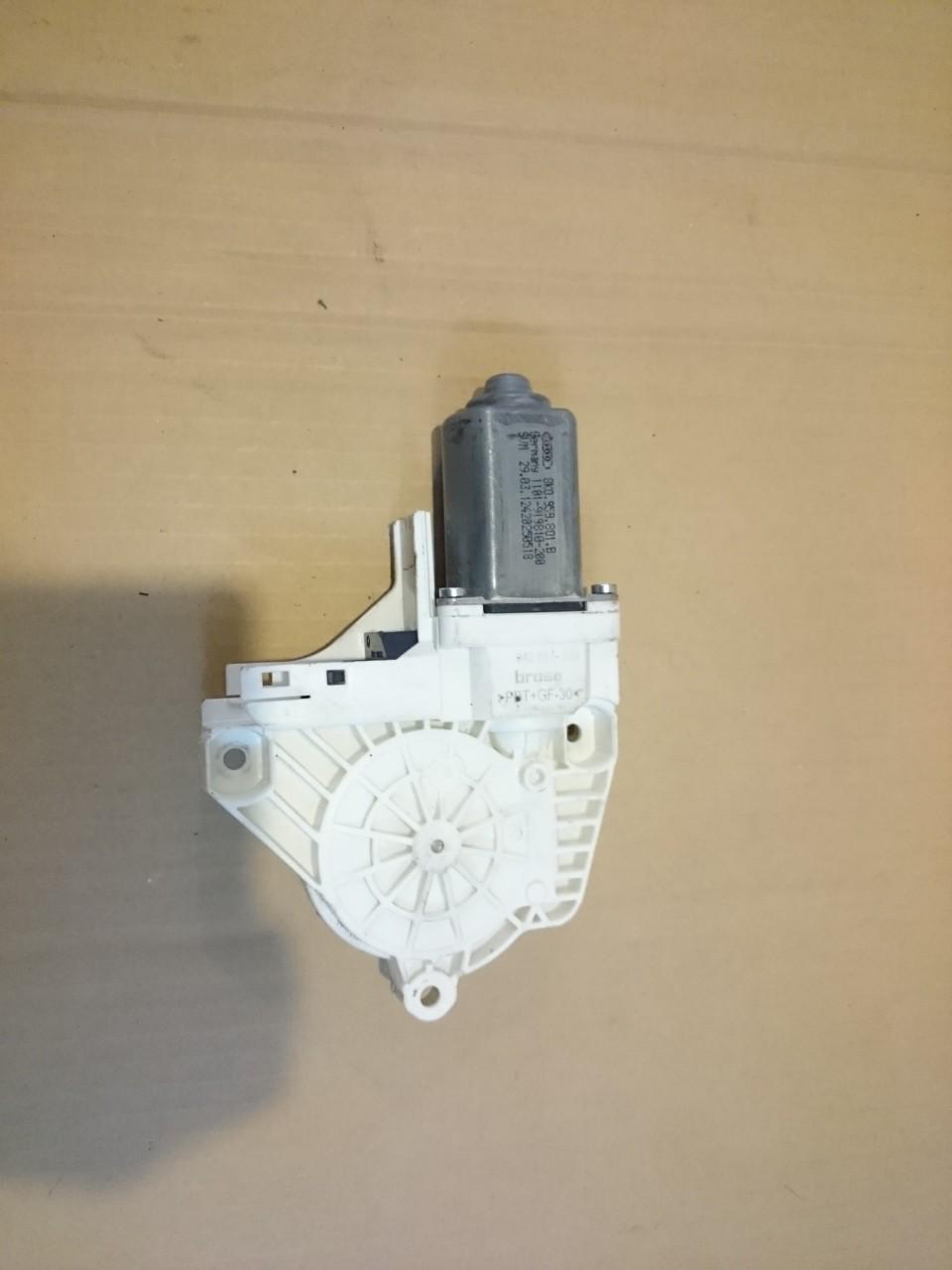 Motoras macara geam stanga fata VW Sharan 7N, Touareg 7P, Audi Q5 / A4 / A6 C7 cod 8K0959801B