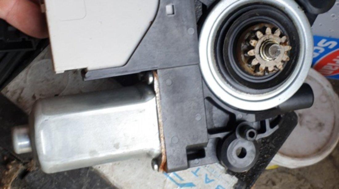 Motoras Macara Usa Stanga Fata Ford Kuga 2011 cod 7M5T-14B533AE
