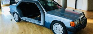 "N-ai mai vazut asa ceva. Un Mercedes-Benz 190 a fost transformat in...""sala"" de sedinte"