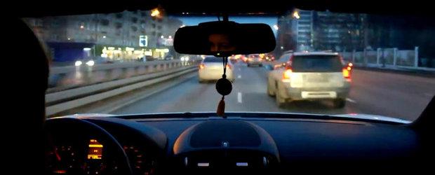 Nebuna din trafic: Cum isi conduce o rusoaica Porsche-le printre masini