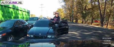 Nesimtitul cu BMW se baga pe contrasens sa nu mai stea blocat in trafic