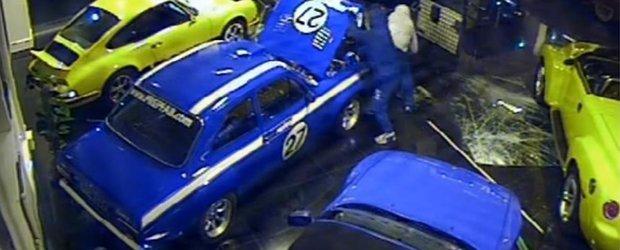 Niste hoti navalesc intr-un showroom si pleaca cu un Ford Escort Mk1 clasic