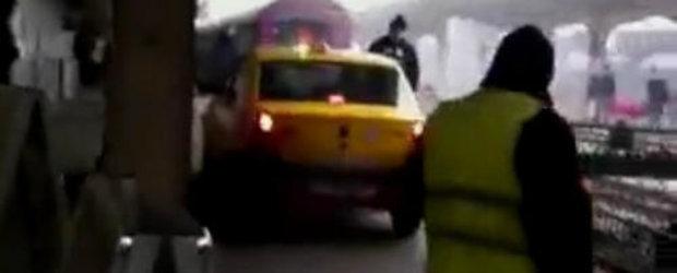 No comment: un TAXI se plimba in voie pe peronul Garii de Nord