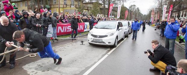Nou record mondial: Un lituanian trage dupa el 12 exemplare Nissan Note!
