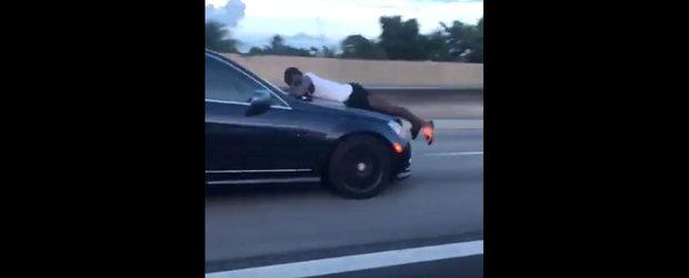 Nu a vrut sa ii lase femeii masina, asa ca ea l-a luat pe capota si l-a plimbat kilometri intregi. VIDEO