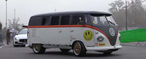 O arata el ca un bus obisnuit, dar ii sufla in ceafa oricarui supercar. Uite ce ascunde sub capota acest Volkswagen T1