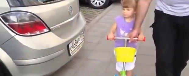 O fetita de 2 ani recunoaste marcile auto mai bine ca multi dintre noi!