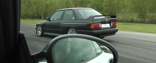O fi el batranel, dar BMW-ului E30 M3 nu ii este frica de Porsche-ul 911 GT2 RS. Ce-i drept il ajuta si motorul V10 de sub capota