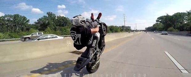 O gasca nebuna de motociclisti pune pe jar politia cu cascadoriile periculoase de pe autostrada