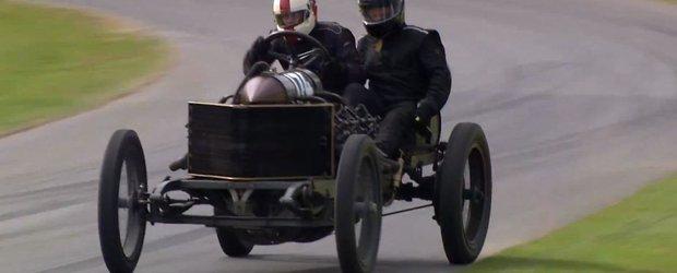 O masina in varsta de 110 ani stie sa faca drifturi pe pista de la Goodwood