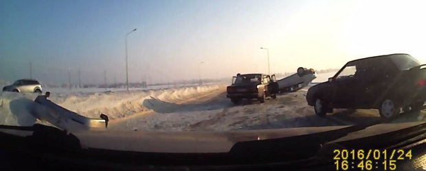 O masina isi ia zborul dupa ce loveste un morman de zapada. In Rusia, evident.