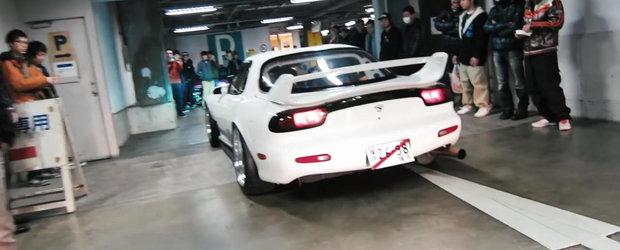 O Mazda RX-7 cu 4 rotoare strica linistea unei intalniri auto dintr-o parcare subterana