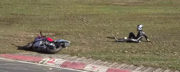O motocicleta iese la pascut pe Nurburgring, este readusa cu greu pe pista