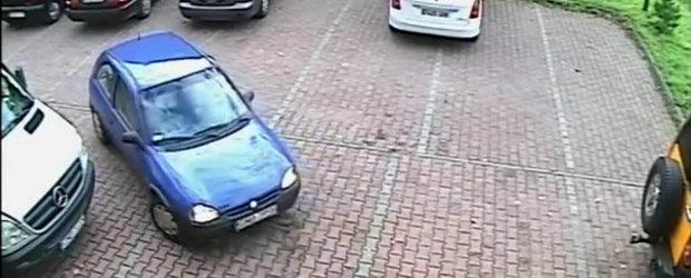 O soferita are nevoie de minute bune pentru a iesi dintr-o parcare