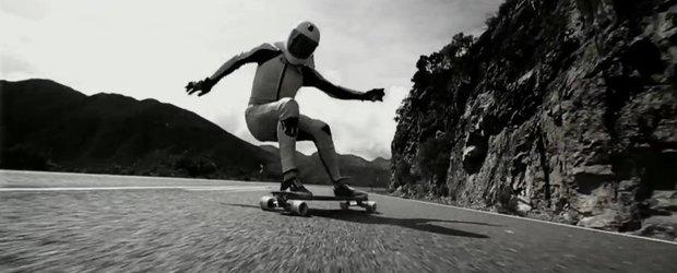 Omul vs. masina: pe skateboard sau cu un Mercedes-Benz A45 AMG?
