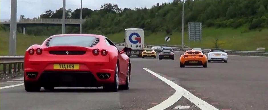 Parada de supercaruri pe o autostrada din Anglia