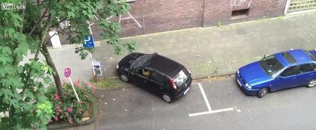 Parcare mare si masina mica. Oare ce poate merge prost in aceasta situatie? Simplu. Adaugi o femeie la volan.
