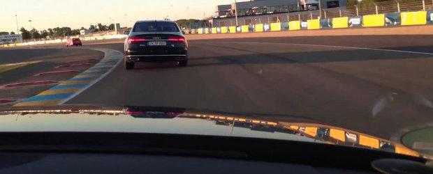 Parcurge un tur de pista la Le Mans la bordul unui... Audi A8 Long