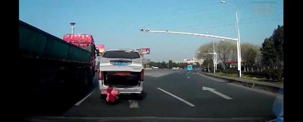Parinti inconstienti: cum sa-ti cada copilul din masina si tu sa nu observi?