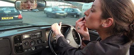 Pe tocuri la volan: din greselile unei femei in trafic