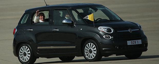 Pentru suma potrivita poti sa cumperi Fiat-ul 500L folosit de Papa in vizita din Statele Unite