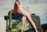 Pictorial nud - Fete si tractoare