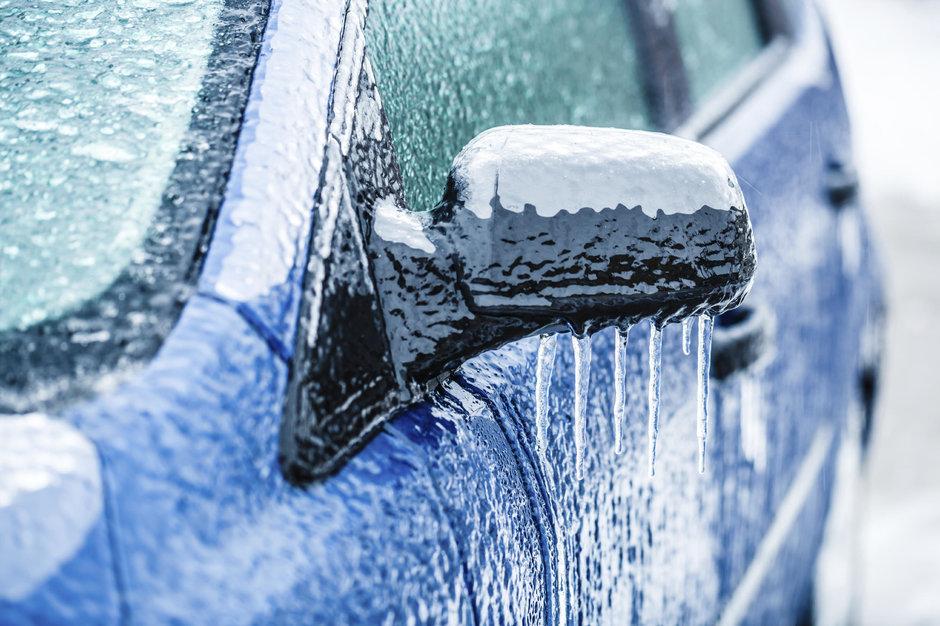 Ploaia inghetata: cand ne trezim cu masina acoperita de gheata. Ce e de facut?