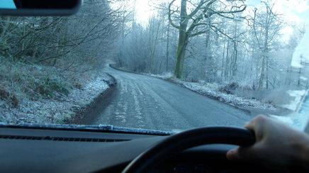 Ponturi de sezon: cum sa conduci in siguranta pe polei, pericolul numit GHEATA NEAGRA