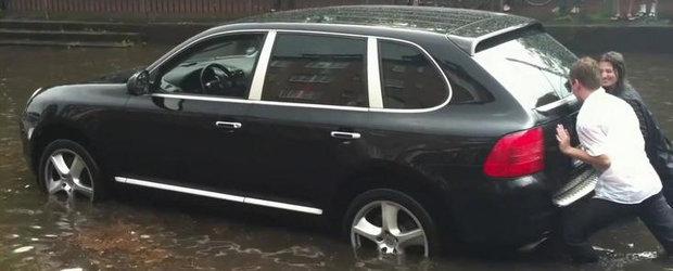Porsche Cayenne ramas blocat in apa