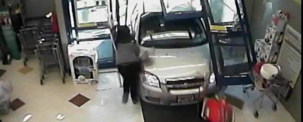 Prea batrana pentru a conduce? O femeie de 71 ani intra cu masina intr-o farmacie!