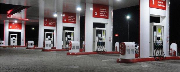 Pretul petrolului scade. In Romania, carburantul stagneaza la 5 lei
