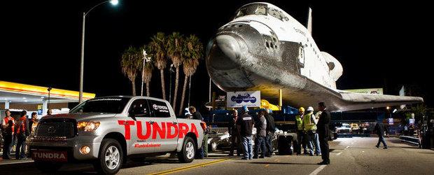 Priveste o Toyota Tundra tragand dupa sine o... naveta spatiala de 75 tone