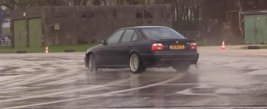 Proba de indemanare pe asfalt ud cu un BMW M5. Iti era dor de sunetul unui V8 aspirat?