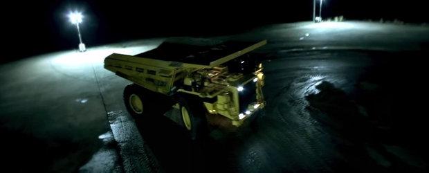 Probabil cel mai greu drift din lume: de-a latul cu basculanta de 200 de tone