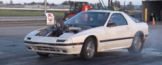 Proprietarul acestei Mazda RX-7 a gasit compromisul perfect. Sacrilegiu sau nu, functioneaza de minune