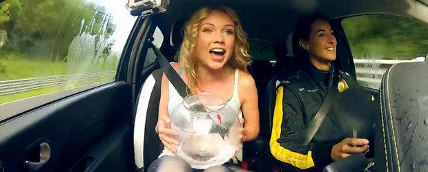Provocarea Renault: Doua fete, un Twingo RS si un... pestisor de aur