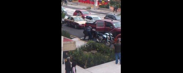 Rapire inregistrata in Mexic: un barbat e luat pe sus de niste rapitori imbracati in politisti