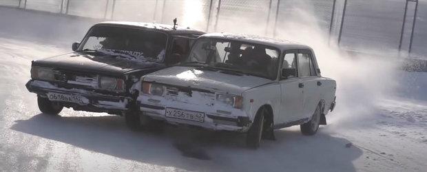 Rusii nu se plictisesc. Au SUDAT doua masini si au facut drift cu ele pe zapada