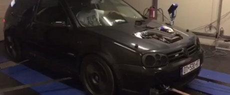 S-a plictisit de vechiul V6, asa ca a montat un V10 in locul lui. Acum conduce un... Volkswagen Golf R50