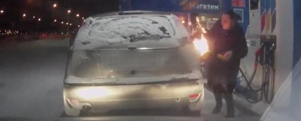 Sa te uiti cu bricheta in rezervorul de benzina nu pare cea mai buna idee...