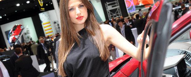 Salonul Auto de la Paris 2012: Prezentele feminine care dau savoare show-ului francez