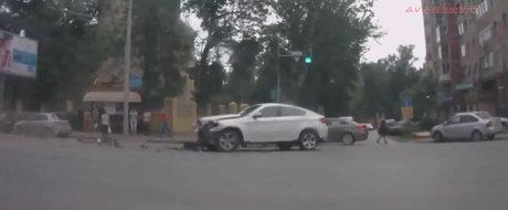 Sari peste filmul asta daca esti fan BMW X6. Toate masinile din el sunt distruse in accident