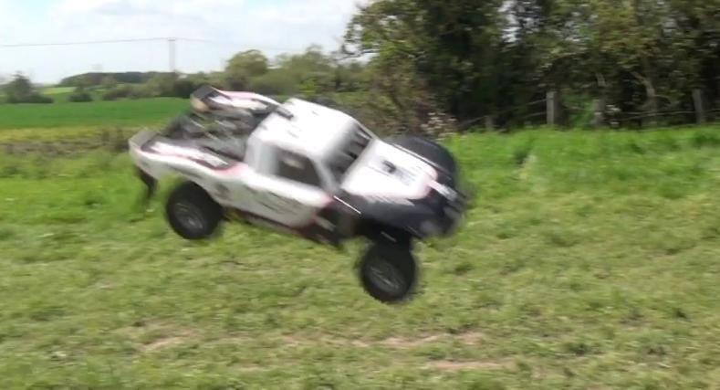 Sarituri nebune cu o masina de off-road!