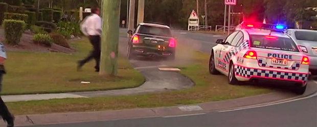 Scene comice cu politia din Australia si un Mini fugar