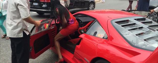 Scene fierbinti in Monaco: O bruneta senzuala urca pe tocuri la volanul celui mai sexy Ferrari